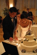 Carl and Jenny cutting the cake Photographer: Chieh Cheng